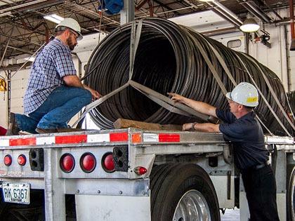 dispositivos de sujeción de equipos de trabajo y cargas sobre vehículos de transporte: seguridad - academia del transportista
